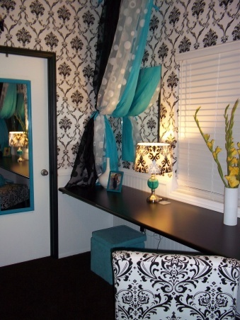 I think i may use this design and color scheme in my bathroom. Black & White with a splash of Blue! (and hint of yellow)