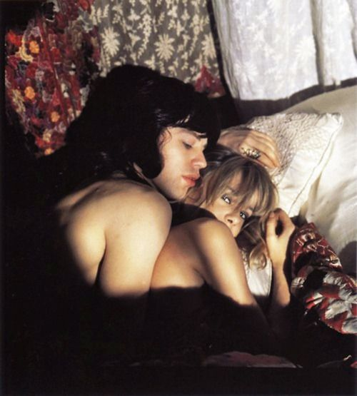 Mick Jagger and Anita Pallenberg under lace sheets in the Performance on From moon to moon blog