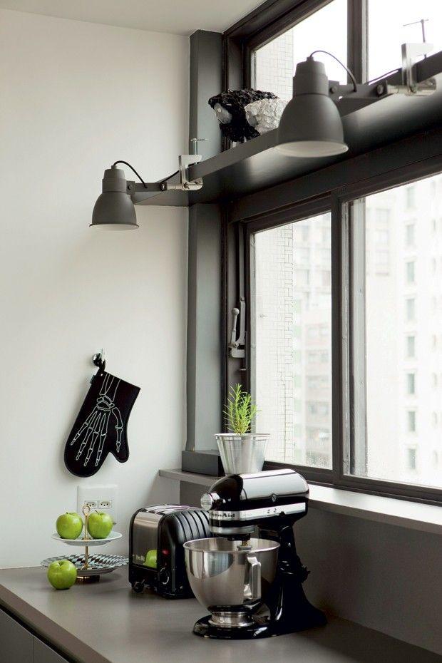 Para dar um toque industrial à cozinha, os arquitetos Simone Carneiro e Alexandre Skaff, da SAO Arquitetura, optaram por uma iluminação pontual, com spots direcionados para a bancada. Os modelos de ferro, pintados na cor chumbo, são da Reka (http://www.reka.com.br/).