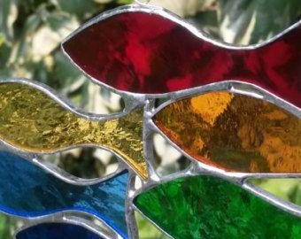 Mooie regenboog bunting, vlaggen van de zeven van gekleurd glas, gesoldeerd met behulp van de techniek van de Tiffany en schroefdraad op zeer sterke nylondraad met bijpassende gekleurde glazen kralen. Deze bunting is erg populair in mijn winkel Whitstable zeezicht haven.  Deze bunting ziet er geweldig uit in een venster en schittert in het zonlicht en maakt een prachtig cadeau.  Elke set bevat zeven vlaggen en ongeveer 50cm in lengte meet.  Elke vlag 8cm meet vanaf de top naar beneden en 5cm…