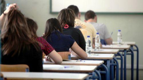 Ακόμη και με βαθμό κάτω από 8, σε βασικά μαθήματα όπως η Ελληνική Γλώσσα, η Ιστορία, τα Μαθηματικά και η    Φυσική, θα μπορούν να παίρν...
