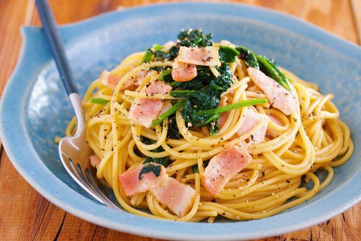 """絡めるだけ♪『ほうれん草とベーコンの和風パスタ』 by Yuu / 野菜たっぷりの簡単パスタ♪ 使う食材は、緑黄色野菜の王様と言われる""""ほうれん草""""。これに、相性のいいベーコンを合わせて、バター醤油味で味付けしました。 作り方は、とっても簡単で、フライパンで、ベーコンとほうれん草を炒め、あとは、ゆでたパスタと調味料を加えて、サッと炒め合わせるだけ。 あっという間にできあがるので、男性でもラクラク作れますよ♡ / Nadia"""