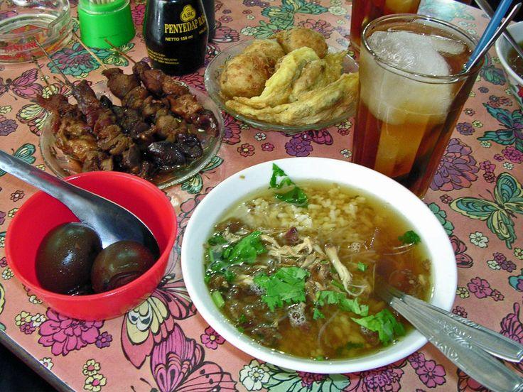 Beberapa makanan Indonesia: soto ayam, sate kerang, telor pindang, perkedel dan es teh manis. ◆Indonesia - Wikipedia bahasa Indonesia http://id.wikipedia.org/wiki/Indonesia #Indonesia