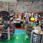 Dylan's Candy Bar, New York. Inspired on Willy Wonka. Geïnspireerd op Sjakie en de chocoladefabriek. Heel groot met meer dan 5000 soorten snoep, per soort tenminste in 20 smaken en een heleboel kleding, accessoires en sieraden met het thema snoep. 1011 3rd Ave, New York, NY 10065, Verenigde Staten