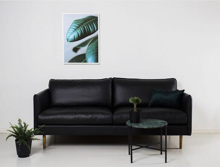Kuusilinnan oman malliston Ilma-sohva mustalla nahalla.