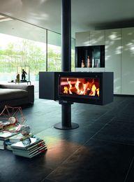 Obrotowy kominek Turn z szeroką szybą panoramiczną zapewnia widok ognia z każdego miejsca salonu.