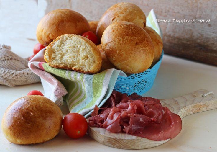 Panini al burro,soffici bocconcini di pane ideali per buffet o per cene informali.Ottimi farciti con salumi,formaggi e verdure