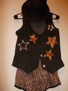 Chaleco de jean con estrellas bordadas en lentejuelas.