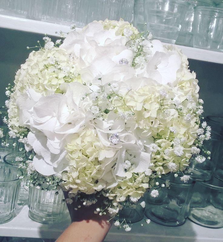 """52 likerklikk, 2 kommentarer – Botanica Blomster (@botanicablomster) på Instagram: """"Brudebukett til en klassisk brud. Alltid enkelt og stilfullt med hortensia. #brudebukett #brud…"""""""