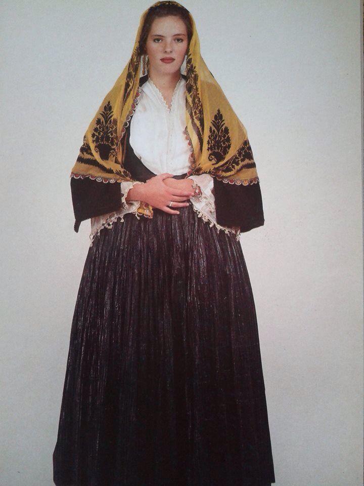 Φορεσιά από την Κύμη-Εύβοια. Ημερολόγιο 1991. Αθήνα, συλλογή Λυκείου των Ελληνίδων. Δημοσίευση από Hellenic Costume Society.