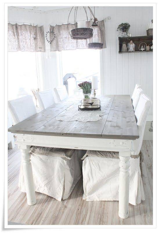 Les housses de chaises, la table et la cantonnière des rideaux