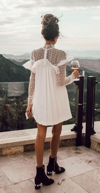 robe blanche avec bottine noir cheveux attache en chignon