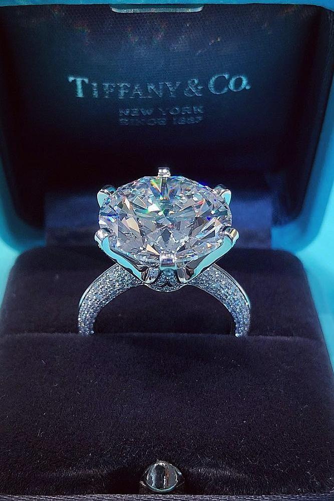 Verlobungsring-Trends aus Weißgold mit einem Rundschliffdiamant