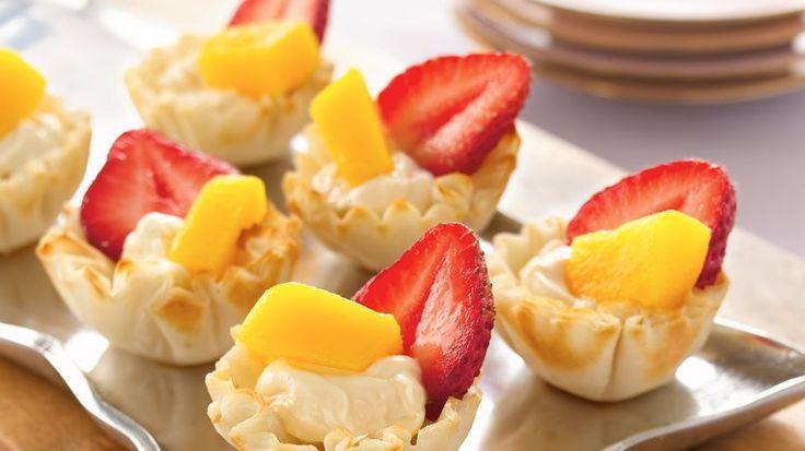 ¿Necesitas un postre pequeño? Prueba las mini conchas de fillo con relleno cremoso de caramelo y fruta fresca.