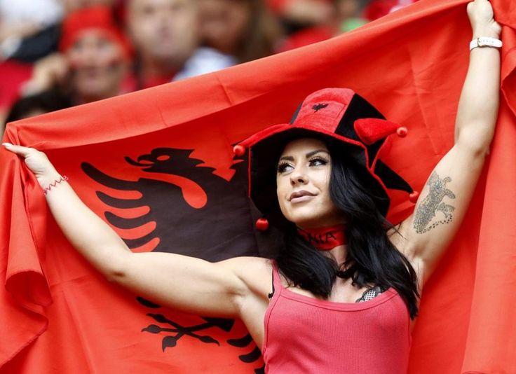 http://www.record.xl.pt/multimedia/fotogalerias/detalhe/bancadas-do-franca-albania-inundadas-por-beleza.html