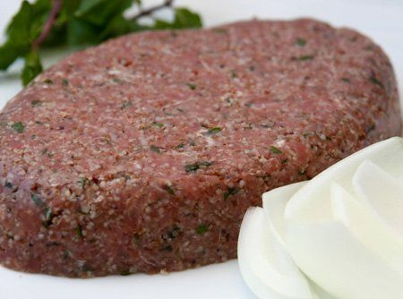 Uma verdadeira pérola da cozinha árabe, o kibe cru conquistou o mundo pelo sabor refinado e facilidade de preparo.