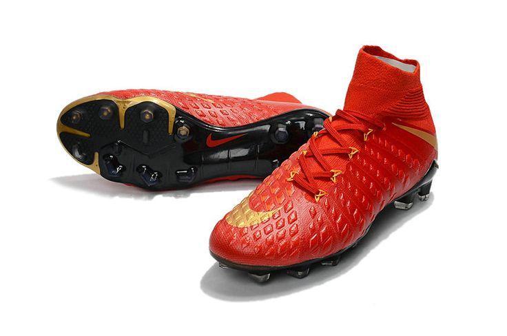 Le rouge Nike Hypervenom III est la chaussure du parfait buteur. Elle se montre imparable grâce à une nouvelle génération d'empeigne hybride à toucher variable.