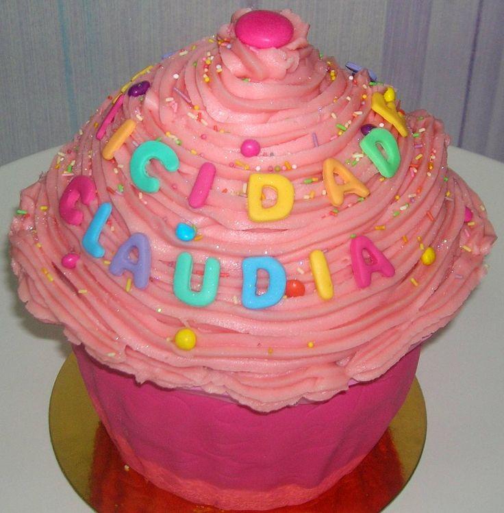 Tarta cupcake gigante, ¡esperamos que te haya gustado la sorpresa! Con bizcocho de chocolate y rellena de buttercream de chocolate y ganaché de chocolate con leche y recubierta de buttercream rosa.