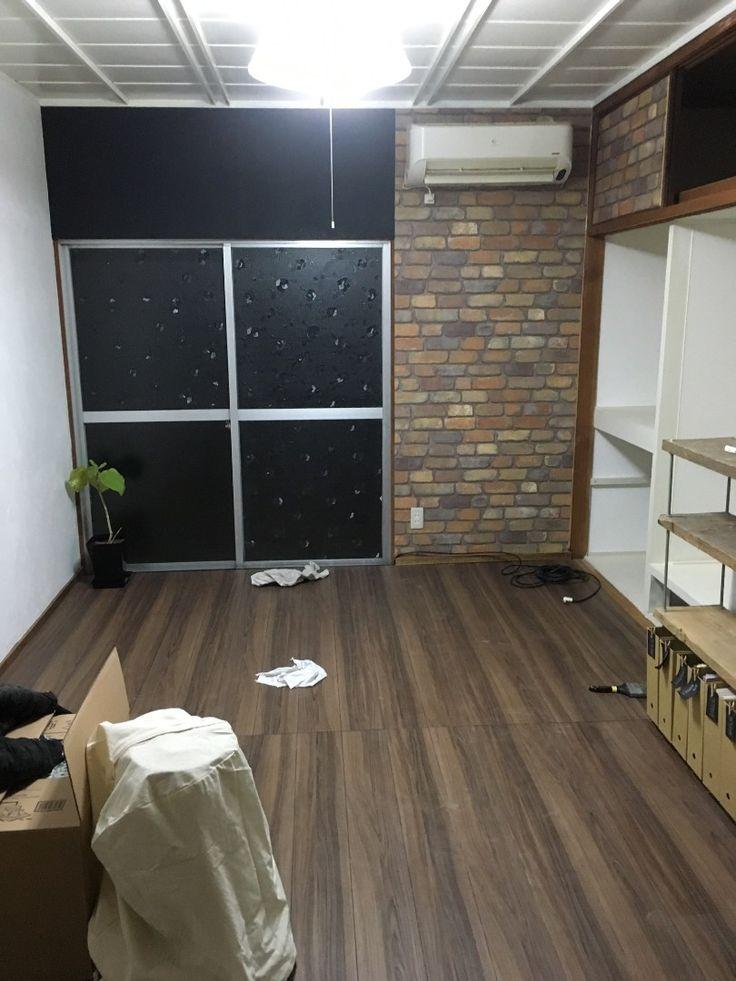 前回、畳からフローリングに張り替えたリビングのリノベーションの続きです! THE昭和な砂壁を漆喰壁と壁紙に変えることで和室から洋室の雰囲気へ♡
