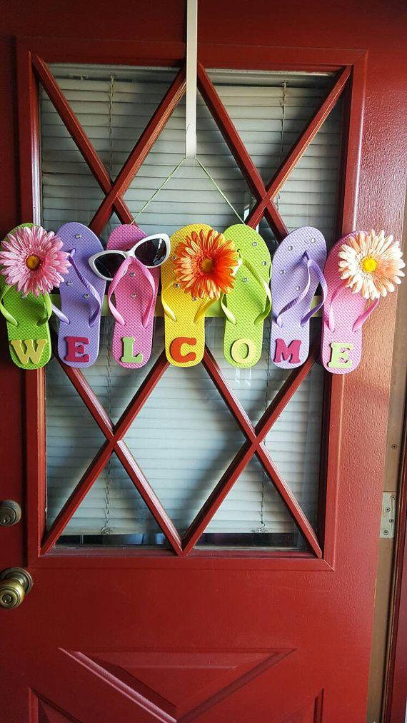 Welkom Flip flop deur hangen. Welkom zomer en uw gasten. Leuke manier om te zeggen hi.