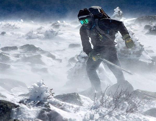 Um alpinista debate-se com os ventos altos perto do cume do Monte Washington