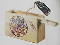 Juguete de caja con serpiente que pica al abrir