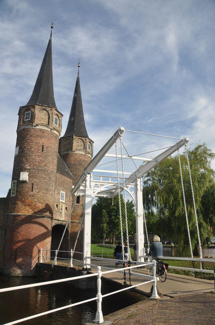 ♥ Oostpoort, laatst overgebleven stadspoort van Delft, tot aan de 19e eeuw altijd een ommuurde stad geweest. Het onderste deel dateert nog uit begin 1400 en de torens zijn 2 eeuwen later toegevoegd.