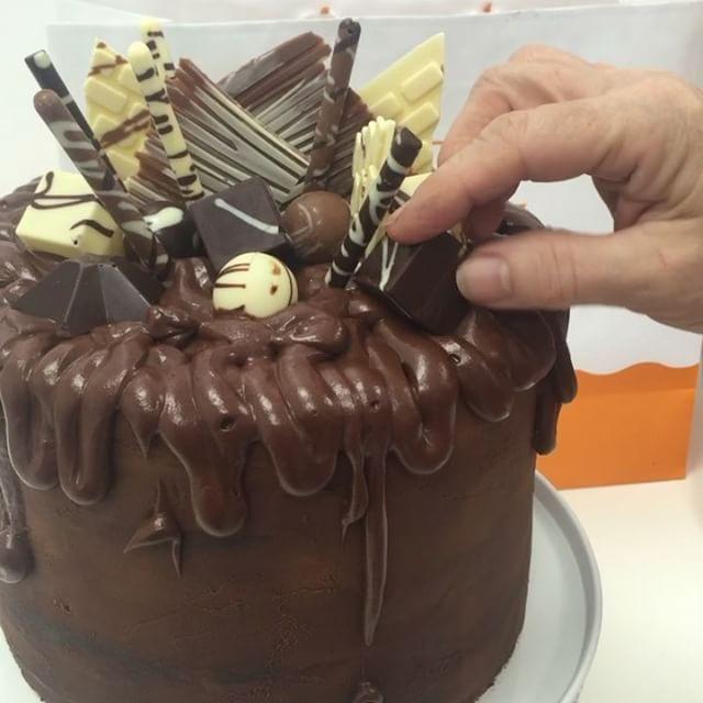 Epic Chocolate Cake! www.decora.it #chocolate #chocolatecake #chocolatecandies #chocolatecovered #choco #chocolates #chocolatelover #chocolatemilk #chocolatebrown #cioccolato #cioccolatobianco #cioccolatoso #torta #food #foodporn #foodobsession #foodblogger #foodlover #instacioccolato #instachocolates #instachocolate