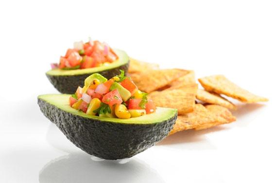 Gegrilde avocado met salsa  Ingrediënten (per persoon):  - ½ avocado  - 1 koffielepel grof zout  - 1 eetlepel limoensap  - 2 eetlepels salsa        Wrijf de avocado in met het zout en de limoen. Plaats daarna de halve avocado, met de vlakke kant naar onder, op een hete grill. Wie geen grill heeft kan een gewone pan gebruiken die lichtjes werd ingevet en op een hoog vuur staat. Na vijf tot zeven minuten is de avocado klaar. Sommige stukjes zullen er verbrand uitzien