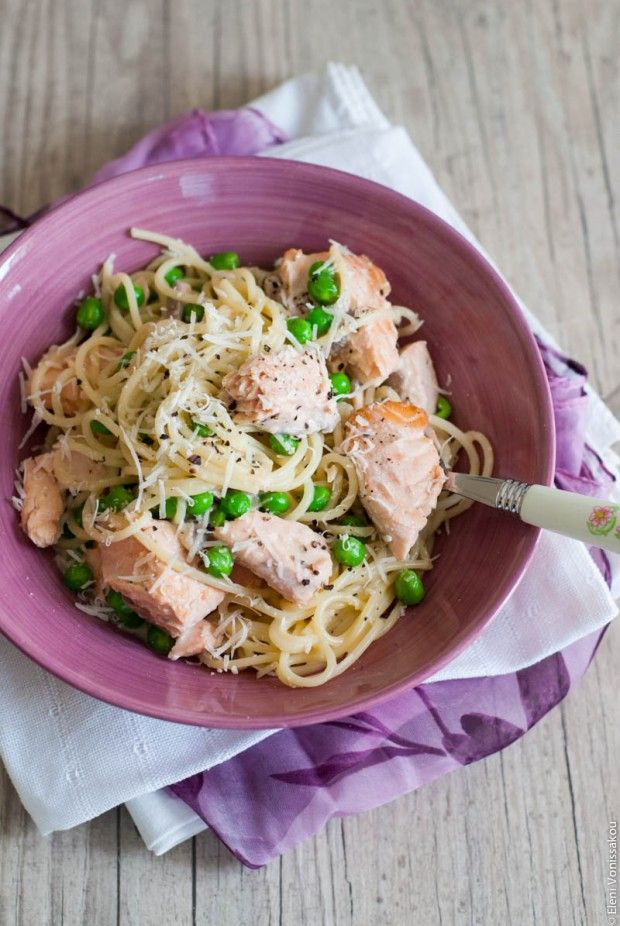 Ζυμαρικά «Καρμπονάρα» με Φρέσκο Σολομό και Αρακά | The Foodie Corner www.thefoodiecorner.gr