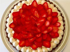 Man ved bare, at når jordbærtærten er at finde ved bageren er sommeren godt på vej! Jeg har en kæmpe svaghed for den klassiske jordbærtærte! Derfor måtte jordbærtærten simpelthen laves, også selvom jordbærerne ikke smager af sååååå meget endnu 😉 Lavet i en anden form. Jordbærtærte Til: 8 personer Mørdej: 300 g hvedemel 100 g flormelis 150 g blødt smør 1 æg, str. M/L Sigt …