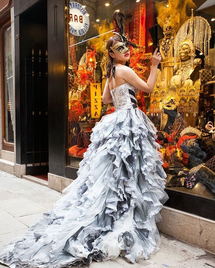 #Доброеутро by @picvoyage. Какую роль сыграете сегодня?  #невеста #платье #свадебноеплатье #скоросвадьба #свадьба2016 #bride #сдоброымутром #маска #Венеция #Италия #золото #wedding #morning #goodmorning #beautiful #wedding #bridemagru #romance #marriage #weddingday #instawed  #bridalmorning #Venice #Italy #gold #mask