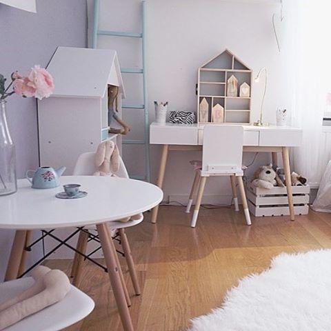 Jollyinspo  @mammasangel visar upp sitt fina barnrum med möbler från Alice & Fox! Bord och stolar, hushyllan och skrivbordet med tillhörande stol är lika fina var för sig som tillsammans och skapar ett stilrent intryck. #jollyroom #jollyinspo #aliceandfox #barnmöbler #barninredning #barnrum