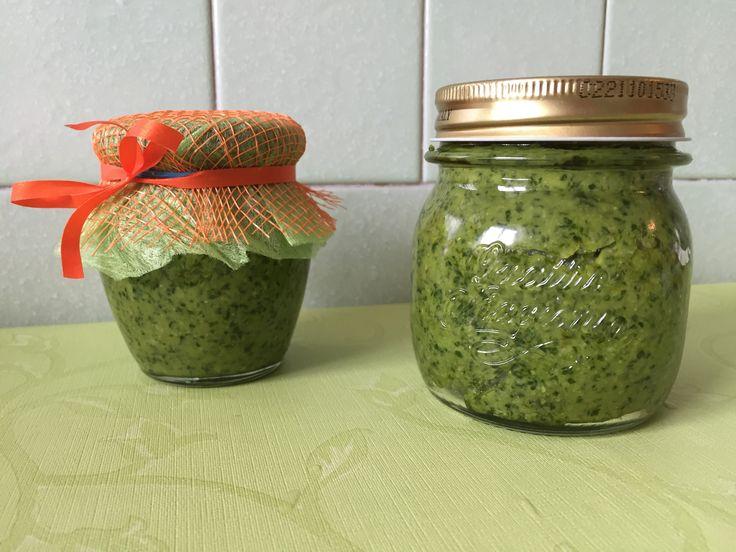 Il pesto fatto in casa che vi propongo in questa ricetta è una delle tradizioni di casa mia. Lo faceva la mia mamma, ma io ho adottato una ricetta trovata.