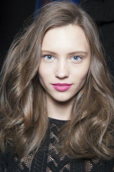 Серо-коричневые волосы получают осветлением начального цвета на 2-3 тона и покраской средством с пепельным оттенком