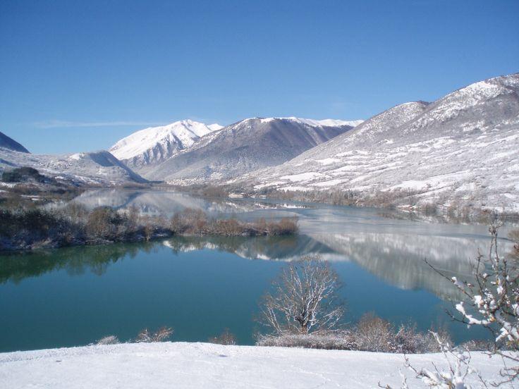 Lago di Barrea, nel cuore del Parco Nazionale d'Abruzzo..