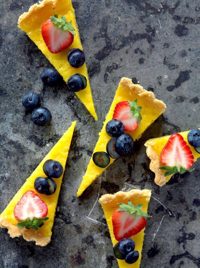 Citrontarte med frukt och färska bär