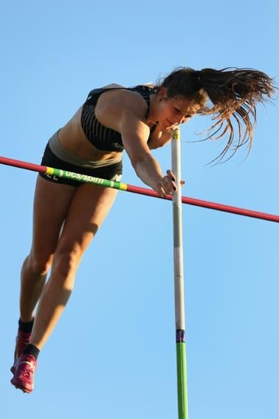 New Zealand's Eliza McCartney breaks world junior pole vault record