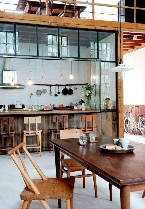 Diatas dapur ada ruangan terang, di kanan ada gang. Kursinya bagus. Partisi kacanya jg bagus.