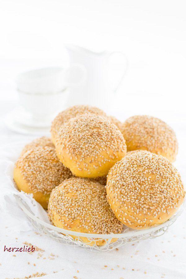 Brot Rezepte: Gyldne Boller sind goldgelbe, dänische Brötchen. Sie schmecken zum Frühstück und zum Abendbrot mit herzhaftem oder süßem Brotaufstrich. #dänemark