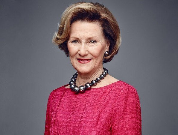 """Today is July 4 and Queen Sonja of Norway celebrates her 80th birthday! Today, some events are organized on the occasion of 80th birthday of Queen Sonja. It all starts with the opening of """"Queen Sonja art stable"""" in the old stable buildings in the palace park. Then there is a picnic in Dronningparken, which is part of the palace Park. The celebration ends with a summer party in the garden at Bygdøy Kongsgård. Happy birthday, Queen Sonja!"""