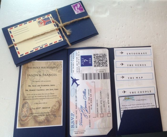 bodas-originales-invitación-boda-billete-avión-mapas-sobre-azul-oscuro