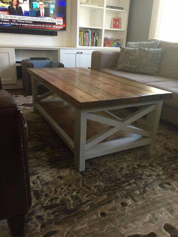 Ces tables rustiques de café à la main sont tout simplement ce qui a besoin de votre salon!  Top teint, scellé et ciré est parfait pour les chambres familiales et la base de peinture de craie ciré ajoute le charme!  Disponible en formats personnalisés, il suffit de nous envoyer un message