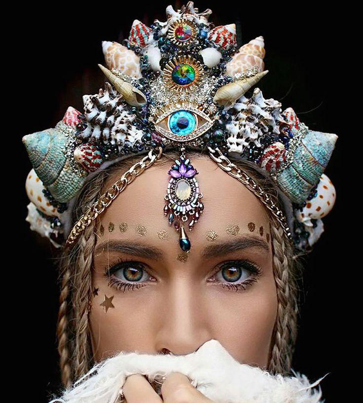 A 27 ans, Chelsea Shiels est une fleuriste australienne spécialisée dans la création de couronnes de fleurs, bijoux et coquillages, faites à la main, de quoi parfaire votre tenue pour le prochain B…