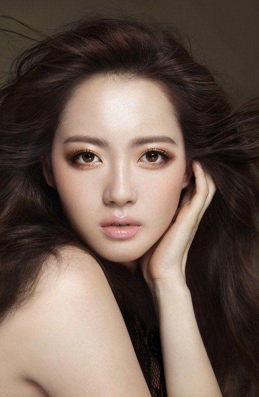 Go Ara rocks bronze smokey eye looks for beauty brand 'LIRIKOS' | allkpop.com