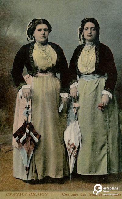 """Επιχρωματισμένη φωτογραφία γυναικών με φορεσιές Πηλίου. Επιγραφές: """"ΕΝΔΥΜΑ ΠΗΛΙΟΥ"""", """"Costume des femmes de Pilion"""".    Δημιουργός: Stefanos Stournaras     Συλλέκτης: Peloponnesian Folklore Foundation   Ίδρυμα: Europeana Fashion  www.europeanafashion.eu"""