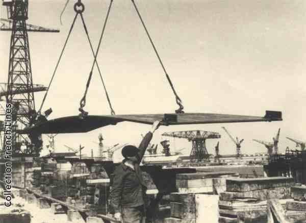 Construction du paquebot France, le 7 octobre 1957.