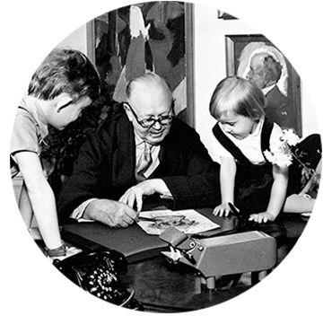 Kay Bojesen (15. august 1886 i København – 28. august 1958 på Gentofte Amtssygehus) var en dansk sølvsmed og designer, bror til Oscar og Aage Bojesen.  Uddannelse: Bojesen var i købmandslære hos Chr. Richter i Store Heddinge, hvorfra han fik lærebrev 1906.  Han blev så ansat i firmaet Alfred Olsen & Co., kom i lære hos sølvsmed under Georg Jensen og fik lærebrev 1910 og blev videreuddannet ved den kgl. fagskole i Schwab, Gmund-Württemberg, arbejdede derefter som svend i Paris og København…