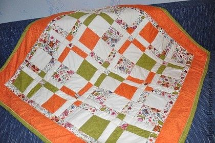 детское одеяло `Оранжевое приключение`. детское лоскутное одеяло выполнено из американских тканей для пэчворка, низ  - флис, наполнитель - синтепон.