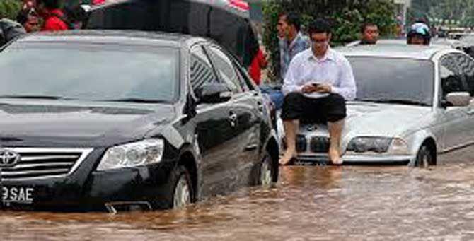 SEKALI pun berbagai upaya telah dilakukan untuk menormalisasi sungai-sungai yang bermuara ke Jakarta, namun ancaman banjir belum bisa tertanggulangi. Masih banyak kendala memperlancar aliran air dari sungai ke laut.
